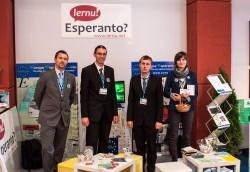 Deĵorantoj de la Esperanto-stando en Krynica-Zdrój (de maldekstre): Peter Balaz, Mariusz Hebdzyński, Matthieu Desplantes, Dorota Rodzianko.